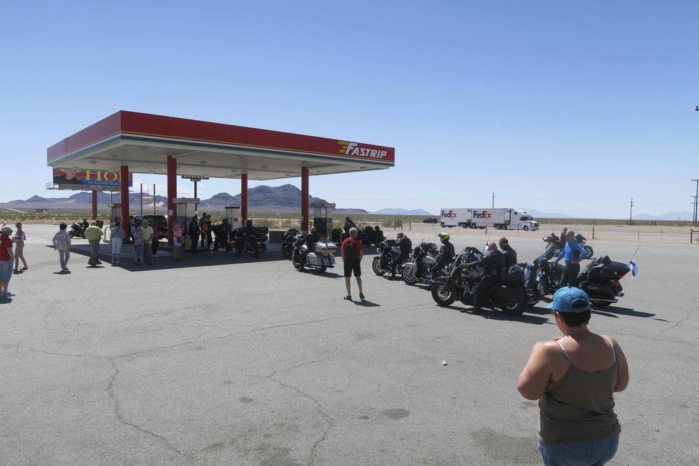 Tankkaus Indian Springsissä keräsi uteliaita paikalle.