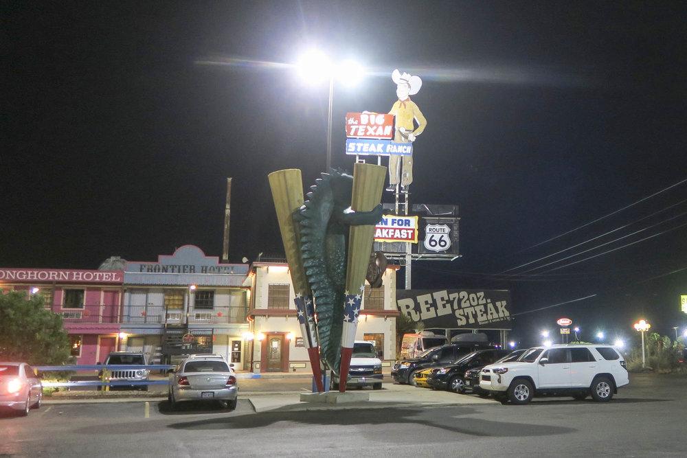Tännään majoituttiin Big Texan Hotelliin. Tosin sydän pomppas kun respassa ilmoittivat ettei nimelläni ole varausta. Lopulta varaus onneksi löytyi firman nimellä. Kolme kaveria joutui kumminkin matkaamaan seuraavaan hotelliin kun Texanissa ei ollutkaan tilaa. Illalla kaikki löytyi kumminkin yhteisestä pöydästa Big Texan ravintolan uumenista. Jälleen yksi hieno päivä takana.