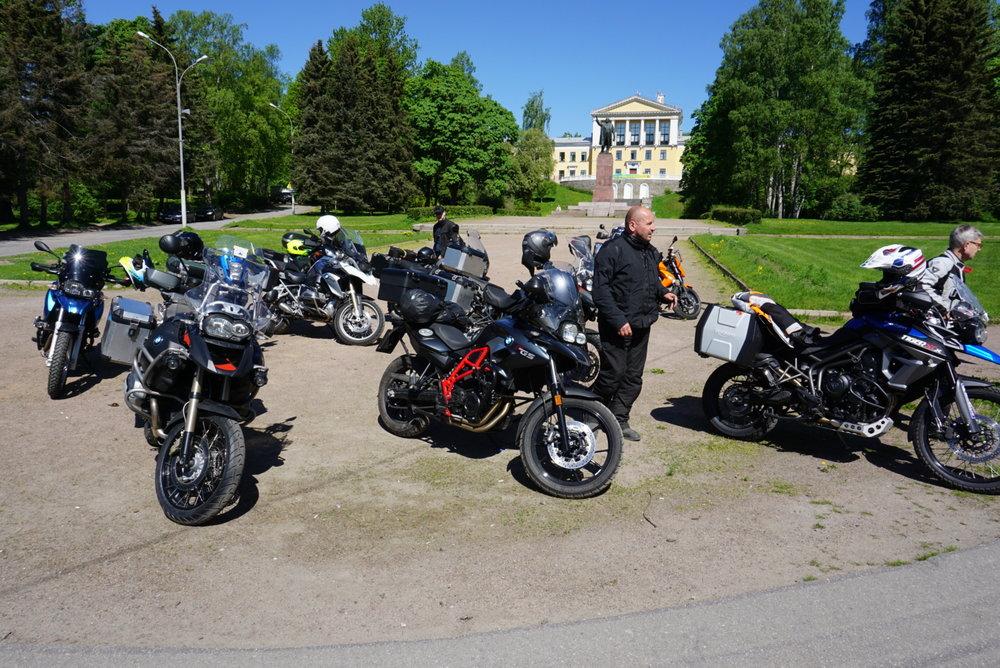 Eläkeläispoliisi tuli näyttämään virkamerkkiään ja vaati Juhalta (edessä), että moottoripyörät tulisi siirtää tältä arvokkaalta paikalta pois herra Leniniä (taustalla) häiritsemästä