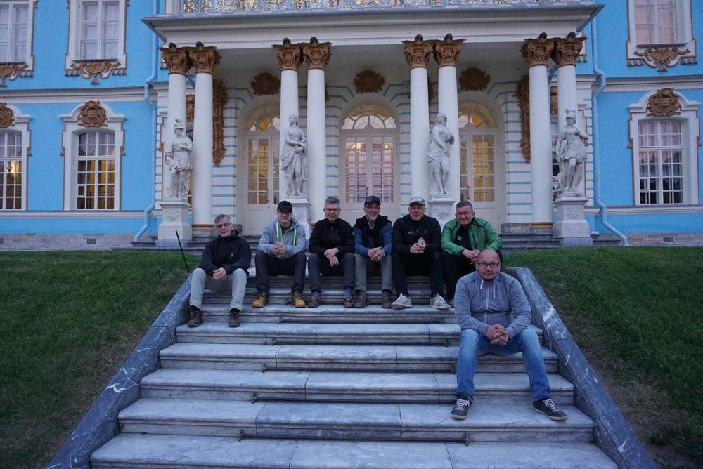 No pitihän näille portaille hetkeksi istahtaa oikein kolmen Juhan voimin. Juha H, Roope, Seppo, Tapani, Jyrki, Juha S ja Juha P.