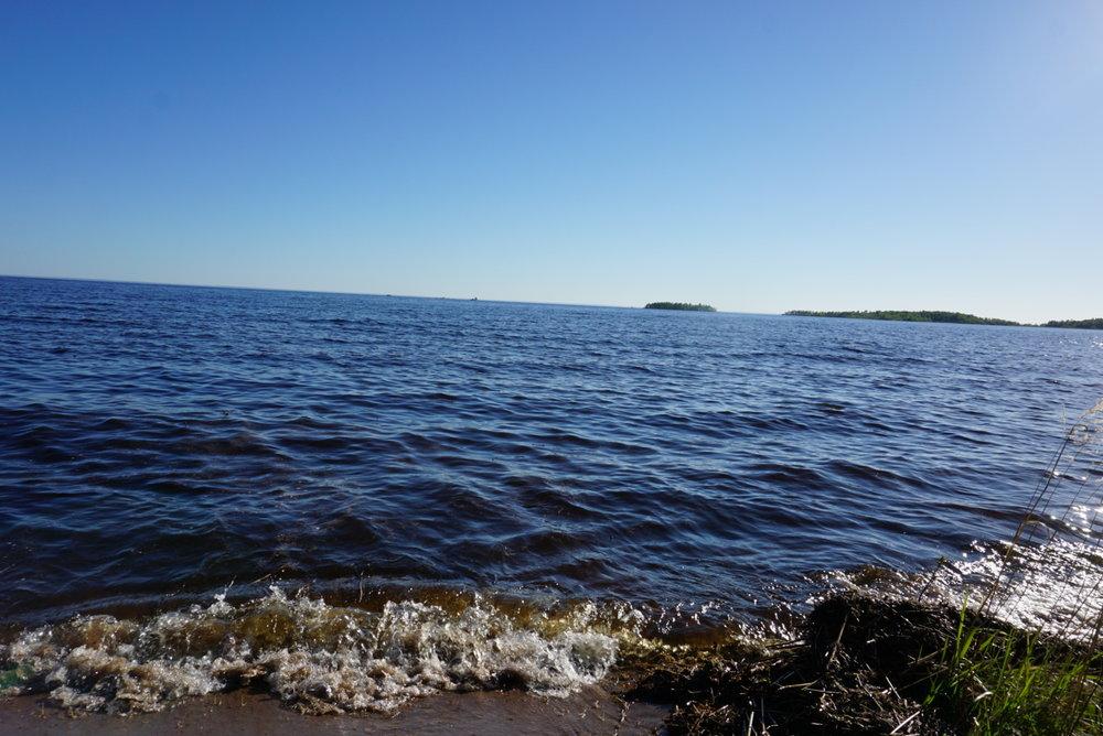 Vanhalta rajalta ajaessamme takaisin Viteleen, poikkesimme vielä kastamassa kätemme Laatokan aaltoihin.