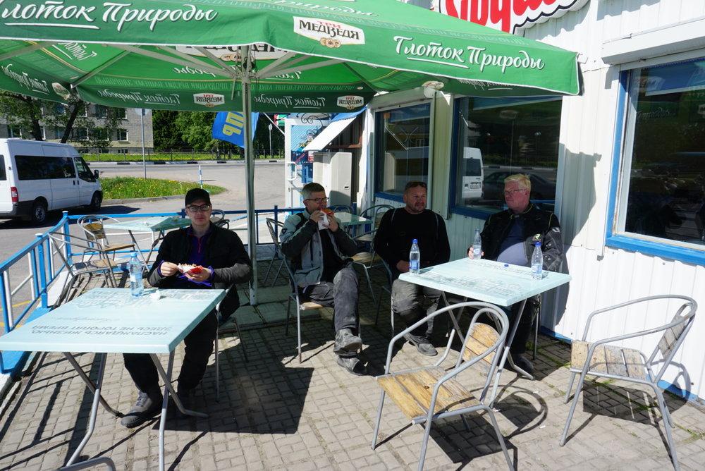 Hyvä ruoka, parempi miettivät Roope, Seppo, Juha P. ja Kalervo