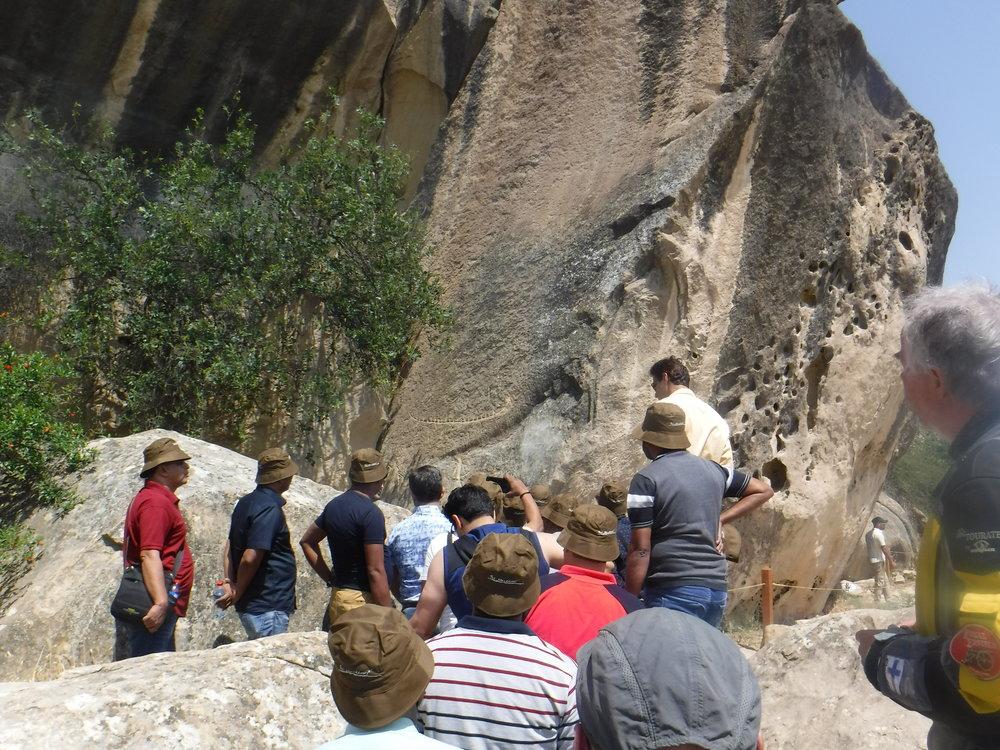Gobustanissa kalliomaalauksia ihmettelemässä.