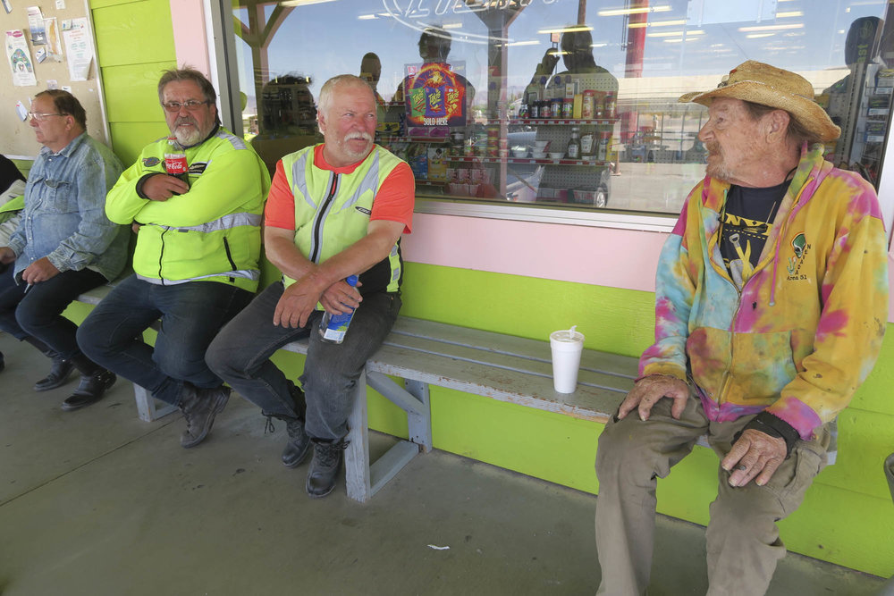 Jaakko, Olavi, Matti ja Area 51:n päivystäjä.