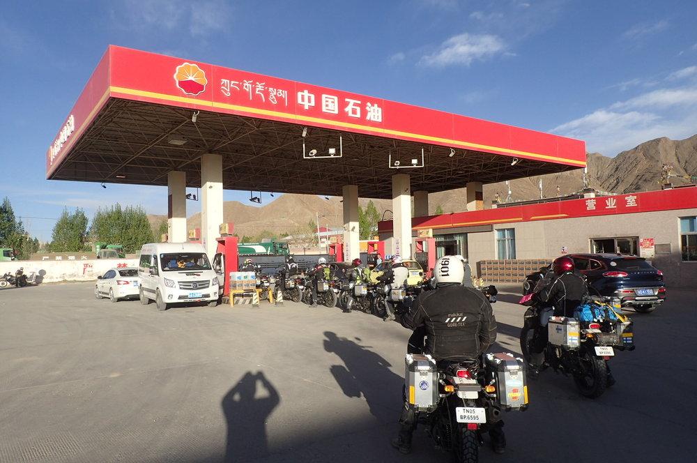 Tankkaaminen Kiinassa, tai ainakin Tiibetissä, on aina yhtä tuskallinen show. Sääntöjen mukaan mopaja ei saa tankata pumpusta, vaan pensa ensin pumpataan kanistereihin ja sieltä kannetaan aseman ulkopuolelle mopoihin. Joissakin paikoissa meille ei myyty pensaa ollenkaan, kun ei ollut sopivan arvoista pomoa paikalla valvomassa, joskus kaadettiin kanistereihin, mutta useimmiten saimme puhuttua jääräpäiset kiinalaiset ympäri ja tankattiin niin kuin ihmiset :) Joka tapauksessa aika paloi aivan liikaa näinkin yksinkertaisessa hommassa