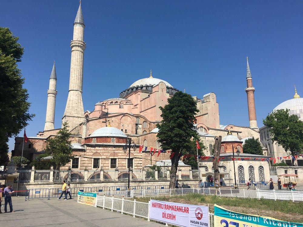 Yksi kaupungin päänähtävyyksiä on vuonna 537 valmistunut Hagia Sofia.