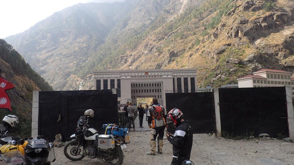 Musta aitta on vielä viimeinen tarkistus Nepalin puolella ja rakennus aidan takana onkin jo Kiinan raja!