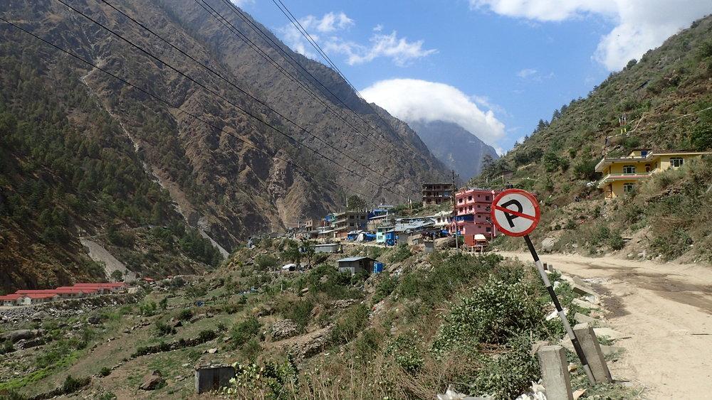 Viimeinen kylä Nepalin puolella. Mutkan takana alkoivat rajamuodollisuudet...
