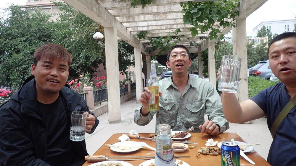 Tässä vaiheessa sanoimme kiitos ja näkemiin meidän kiinalaisille kavereille - Tashille, Jahille ja Tangille! Hyvin on pojat hoitaneet hommansa ja saaneet meidät Tiibetin läpi ja Himalayajen yli. Ennen kaikkea hoitivat byrokratia puolen paljolti puolestamme :)