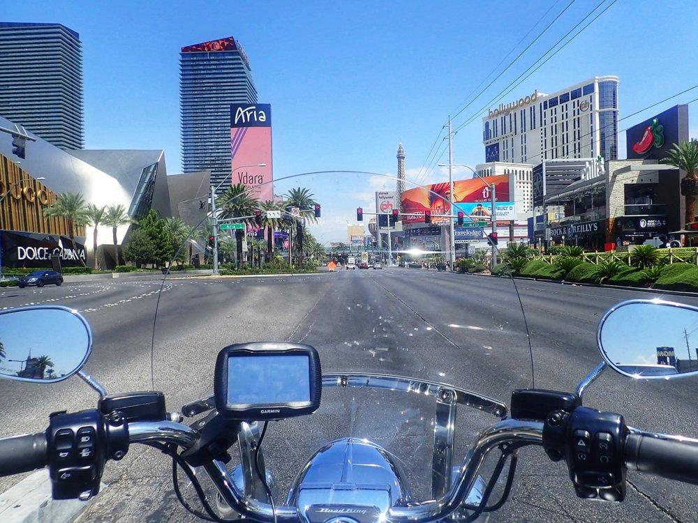 Se tunne, kun ajat Las Vegasin pääkatua pitkin Harley-Davidsonilla, auringon laskiessa horisonttin taakse - sanoinkuvaamaton...