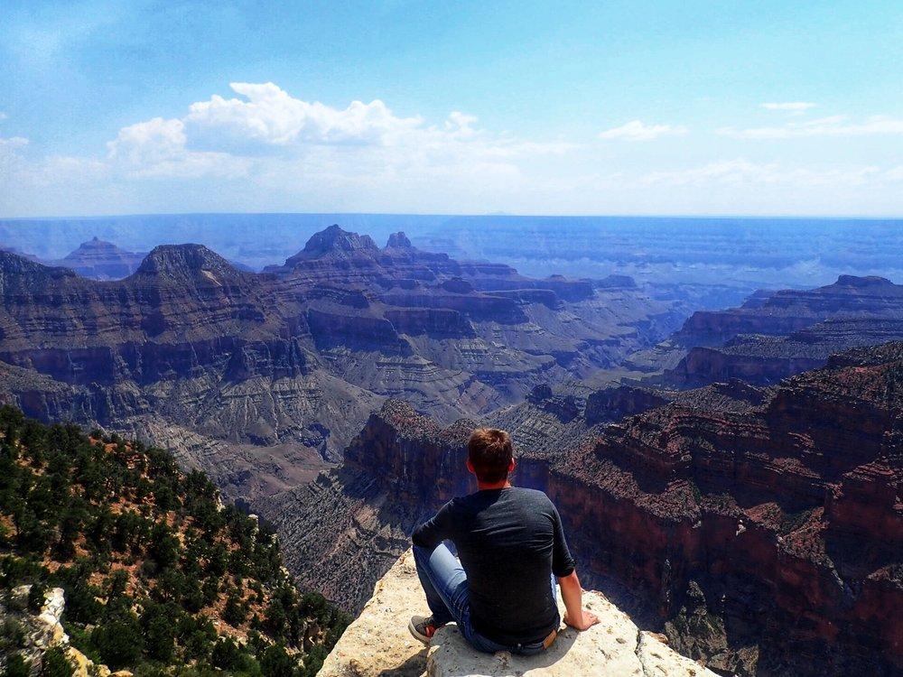 Kanjoni on noin 446 kilometriä pitkä, ja sen leveys vaihtelee kuudesta 29 kilometriin. Syvyys on enimmillään lähes kaksi kilometriä. Kanjonin seinät ovat valtava, miljoonia vuosia kestäneiden geologisten prosessien näyttely.