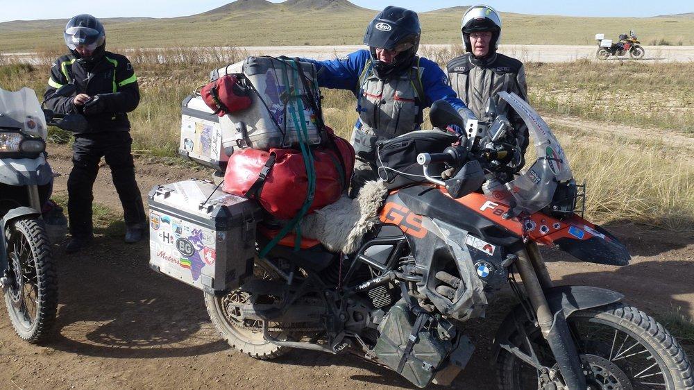 MILLÄ AJETAAN? - Tämä on moottoripyörämatka, joka ajetaan ikiomalla pyörällä. Ei taida löytyä vuokraajaa, joka tälle seikkailulle vuokraisi pyörän :) Sopivin on tietty all-road. Vaihtoehtoja matkasektorilla on tänään paljon. Honda TransAlpilla menee ongelmitta. AfricaTwin on kaupoissa. BMW taitaa olla suosituin? Triumph Explorer? Italobellalla rohkein!?