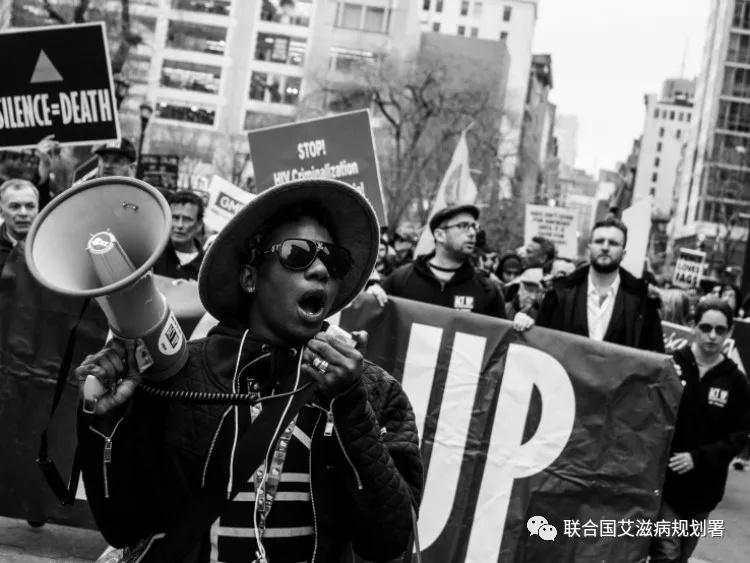 参与了艾滋病解放权利联盟(ACT UP)/纽约活动