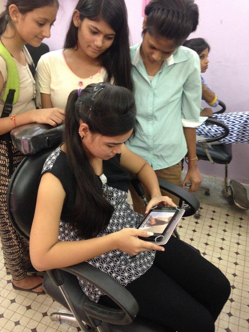 Sharing a video showing how to cut a particular hiarstyle at a beauty parlour