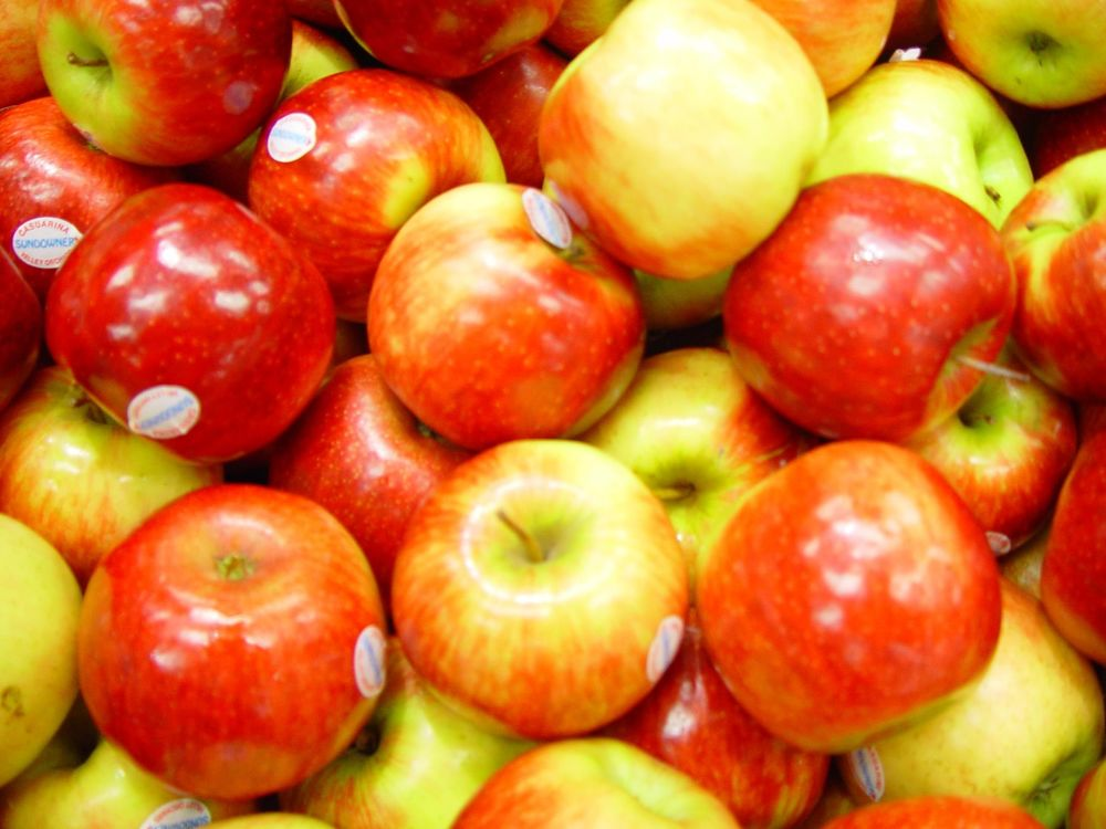 Shiny_red_apples.jpg