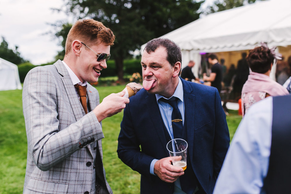 reportage wedding ice cream lick in the cotswolds