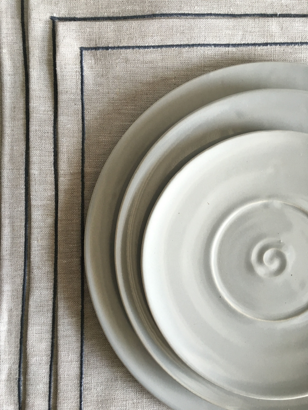 ANI KASTEN CERAMICS AND LINEN PLACEMATS. DARRYL CARTER BOUTIQUE. WSHINGTON DC.