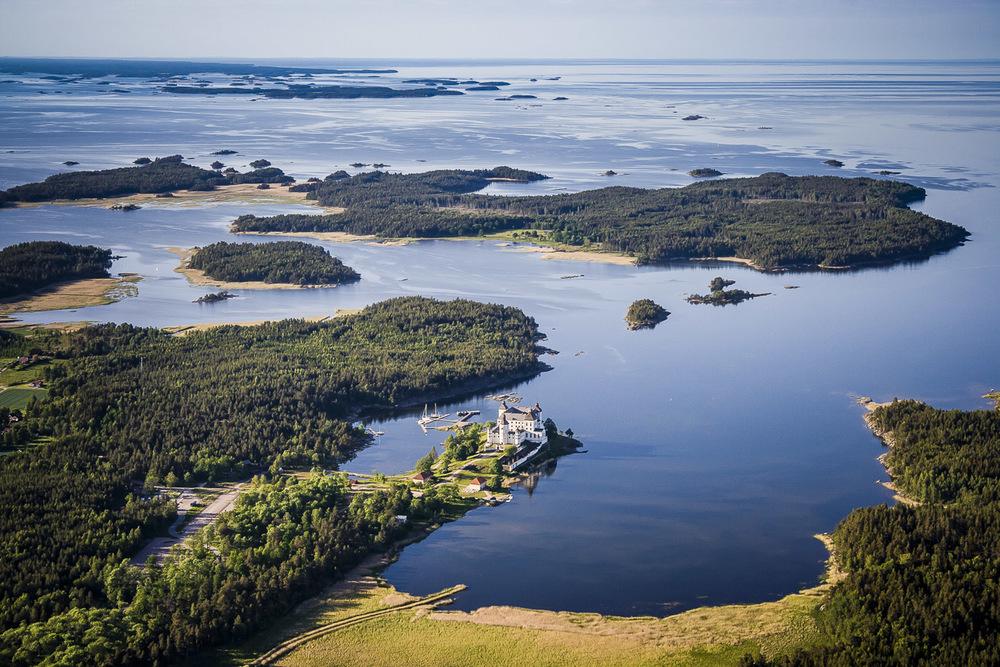Läckö slott med Lurö och Vänersnäs i fjärran