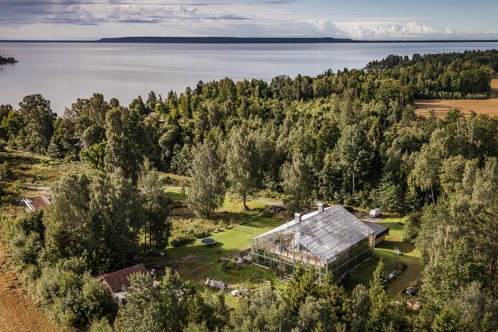 Hus i växthus i Sikhall, Dalsland. Halleberg i fjärran