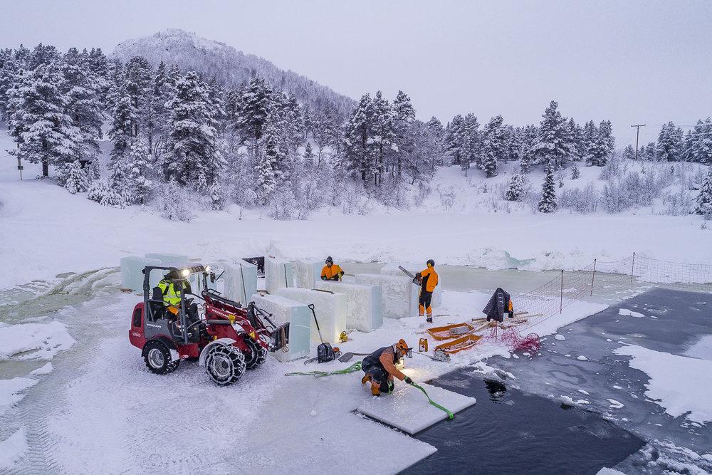 Savalen i Norge. Tar upp is för att bygga skulpturer