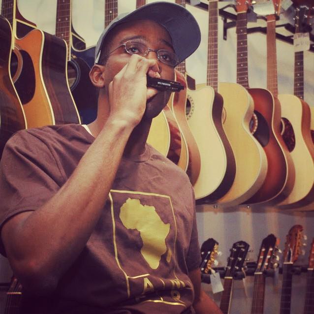 Dans un magasin de musique (instruments) à Tel Aviv en Israël, j'essaye mon futur harmonica. La musique, mon élément.   Harmonica => blues, jazz   Mon projet de spectacle Rap Jazz se prépare.  Clique ici pour le suivre en 2014.