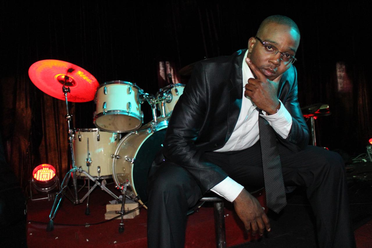 Sol'e est mon nom de scène. Je suis un rappeur/entrepreneur.  Ceci est mon nouveau blog dédié à ma vie et mes projets en 2014.      Cette année, je prépare un nouvel album de Hip Hop Jazz: une expérience que je vous invite à vivre.