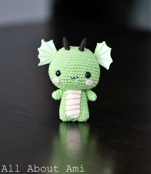 crochet dragon pattern by allaboutami found on https://catchoocutiepie.wordpress.com
