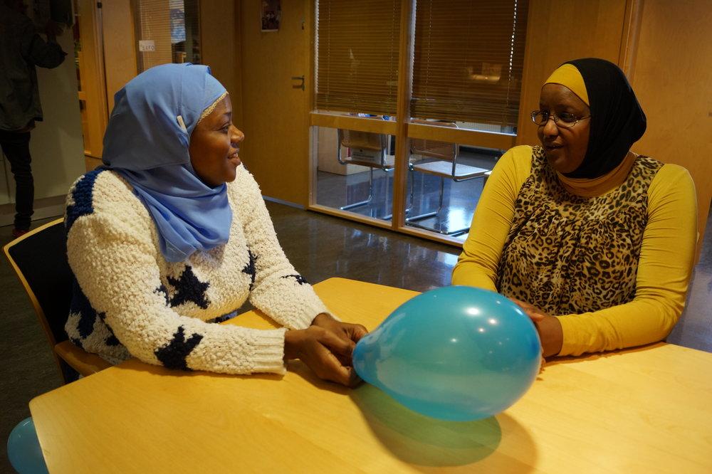 Faridah Shakoor, direktør i Abloom og Marian Yusuf Abdi har mange felles referanser som mødre og har mye å prate om.