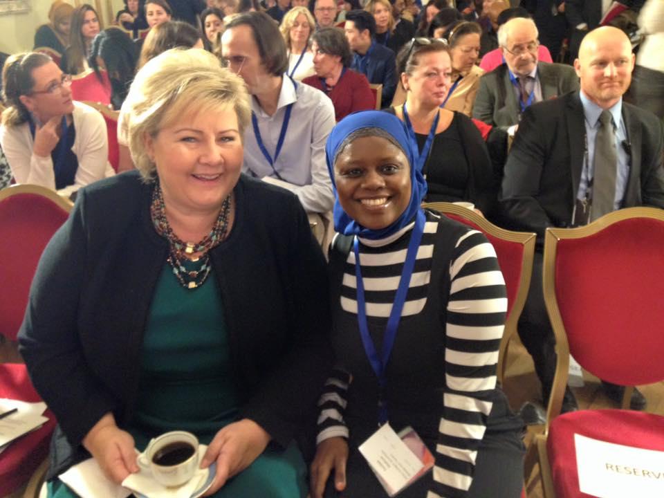 Abloom-leder Faridah og statsminister Erna Solberg sammen på konferanse i 2015. Nå er det snart tid for Kvinnedagen igjen, og da vil Abloom-Faridah tale i Drammen. —Kvinner kan, kvinner vil og kvinner får det til!