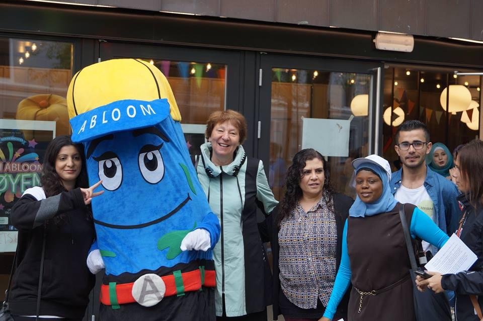 MINI ABLOOM: Abloom-maskoten koser seg med Marianne borgen (midten) og Ablooms ansatte og frivillige. Foto: Abloom