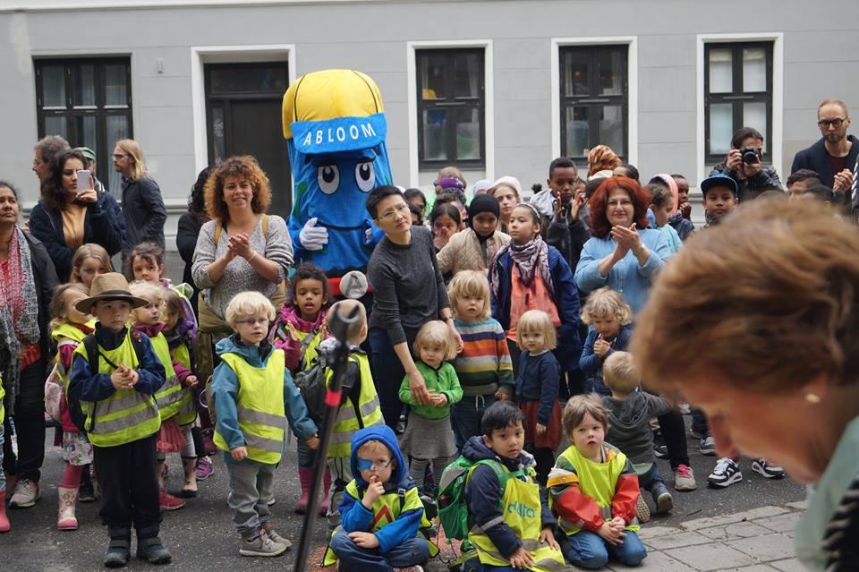 KOS: Oslos ordfører Marianne Borgen (SV) holdt tale for glade barn på Tøyen. Foto: Abloom