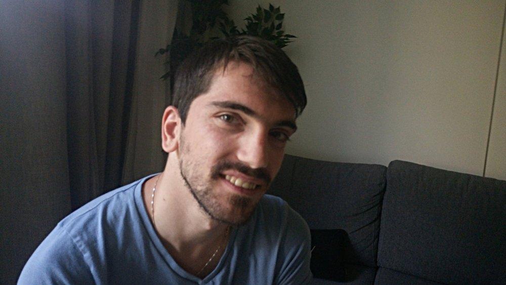 STERK OG STOLT: Amir Hashani (27) er modell, CP-rammet, homo, kosovoalbaner og har muslimsk bakgrunn. Han skal innlede på Abloom filmfestivals åpningskonferanse den 23. november på Saga Kino. Foto: Bjørn Lecomte