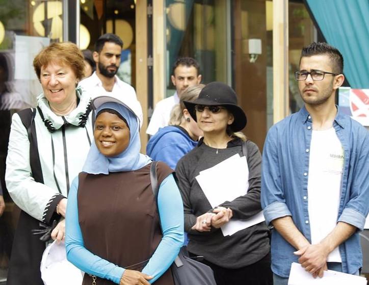 ABLOOM: Marianne borgen (t.v) med Abloom-leder Faridah S. Nabaggala og andre engasjerte folk på Tøyen den 19. mai for Mini Abloom. Foto: Abloom