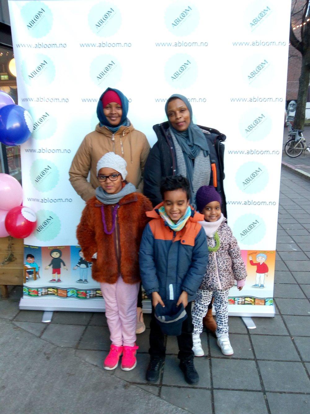 Populær vegg: Flere barnefamilier poserte foran Abloom-veggen under kickoffen søndag ettermiddag.