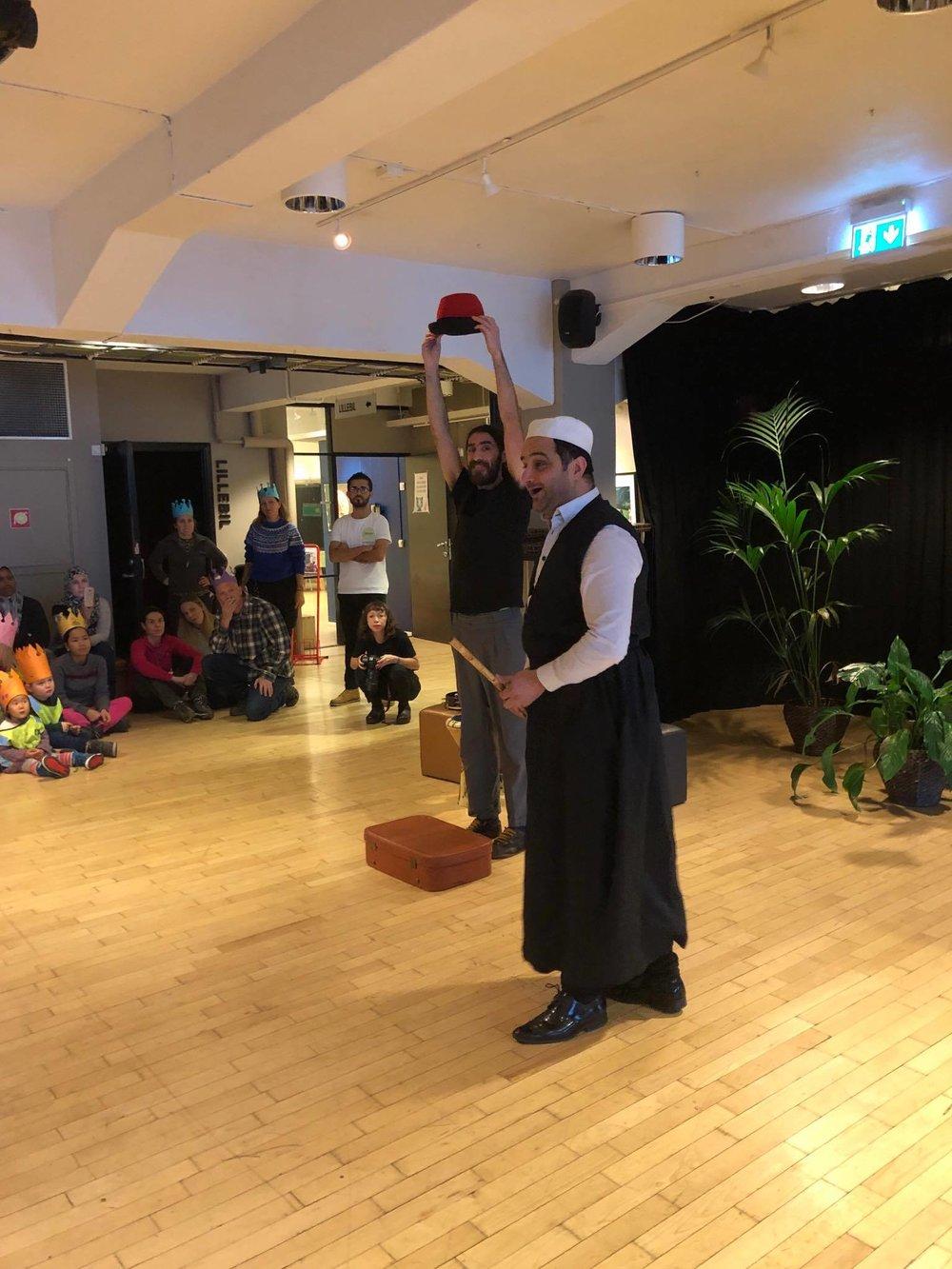 –Få ting gir mer glede enn å å underholde barn, sier Diego Belda (bak). Sammen med Saafa Al-Saadi og Linda Bottolfs stod han for et fabelaktig show under barnehagens dag.