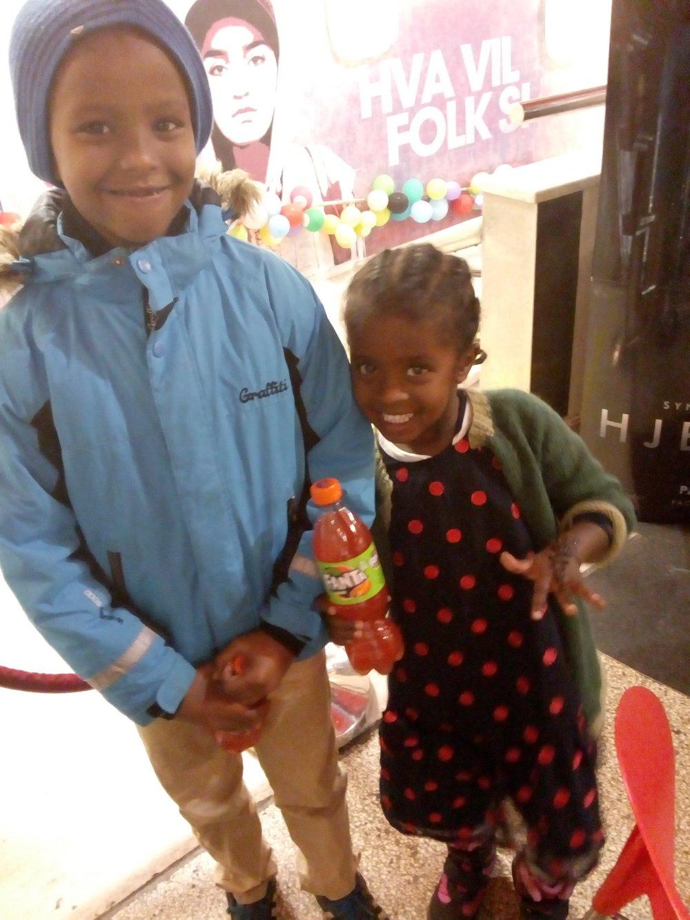Gleder seg til filmene: Mohammed (7) ser frem til flere av filmtitlene på film festivalen på Saga kino lørdag 25. november. Her viser lillesøsteren hans Aaliya (4) frem henna-malingen hun nettopp har fått.