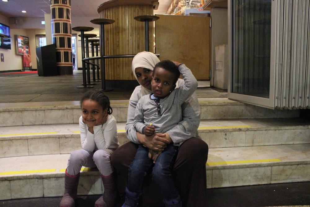 -Det å kunne komme hit med barna og se filmer gratis betyr mye, sier norsk-somaliske Mona. Sammen med barna Fatima (5) og Foad (3) gleder de seg til å se filmen Hotel Transylvania.