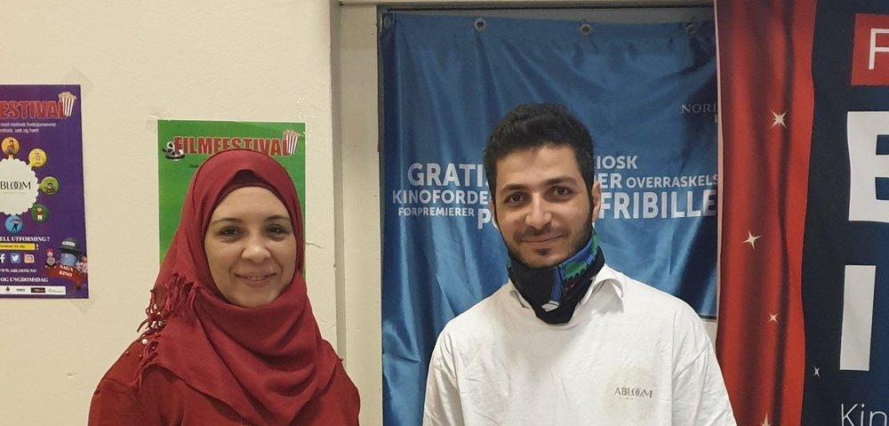 Tidligere frivillig Najwa (nå ansatt) og frivillige Mahmoud (begge fra Syria) står på for Abloom. Her under Abloom Filmfestival Fagkonferansen 2018. Foto: Bjørn Lecomte