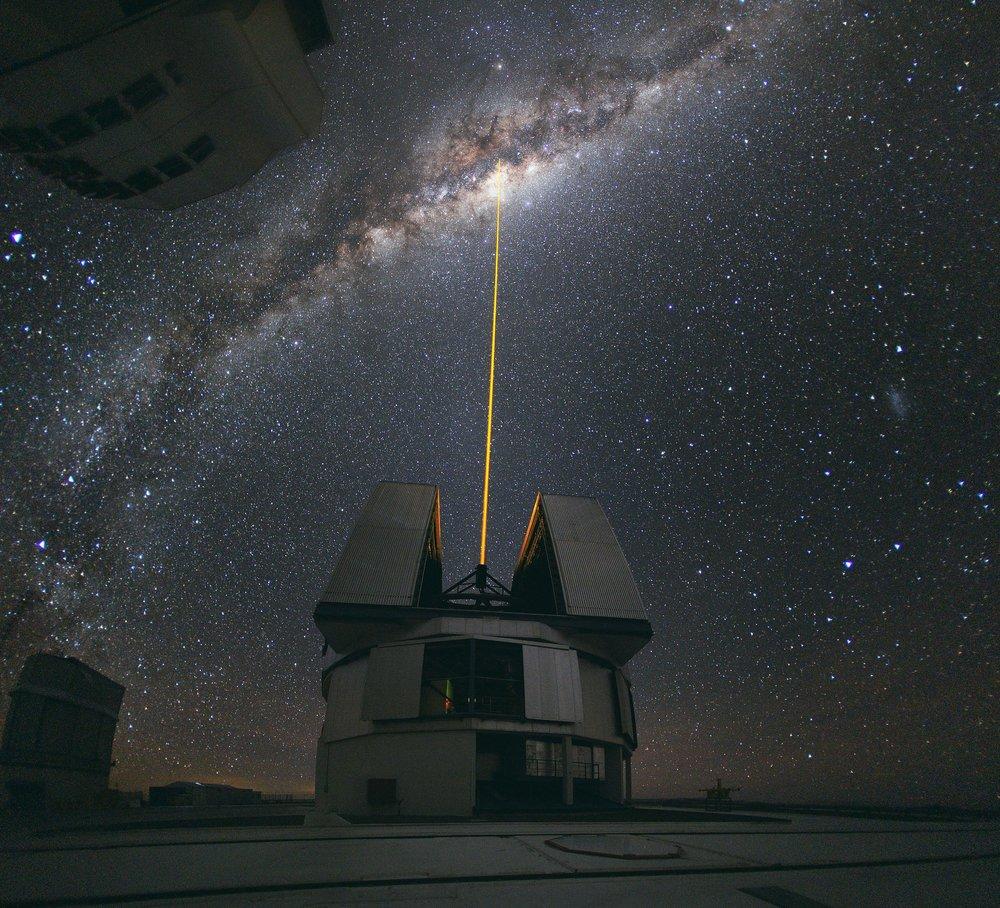 2560px-Laser_Towards_Milky_Ways_Centre.jpg