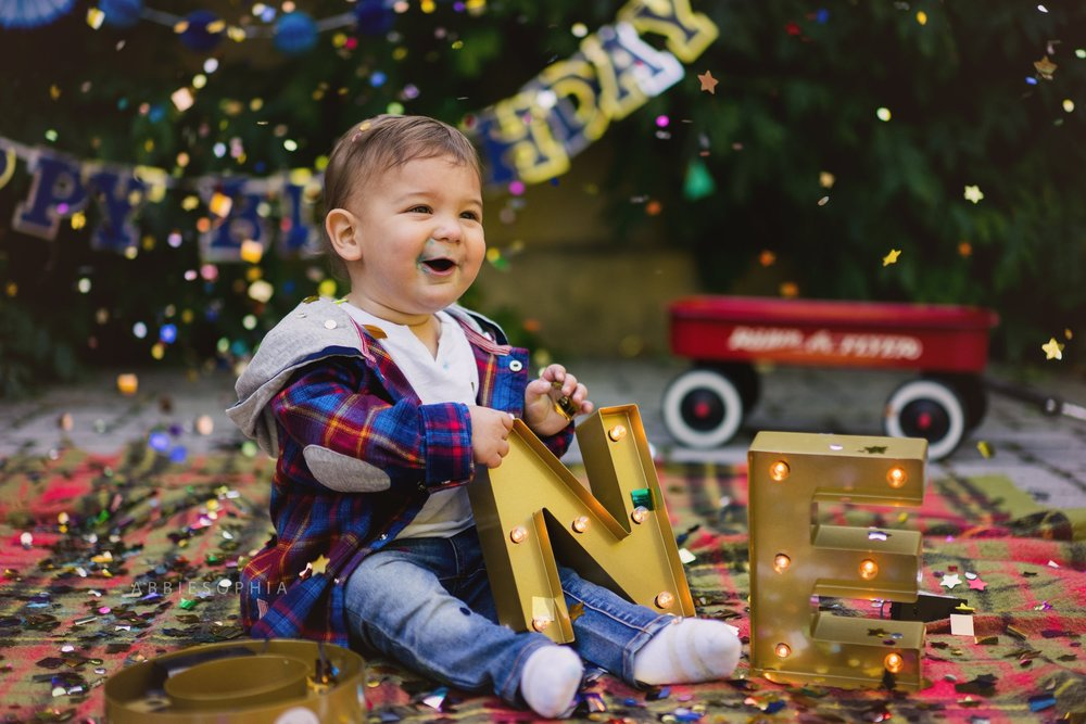Cake Smash - Session fee option.Includes outside or inside cake smash session for first birthday.Must be used on a weekday.$199