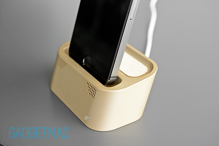 element_case_vapor_dock_au_gold_lightning_iphone_5s_charging_dock_undocking.jpg
