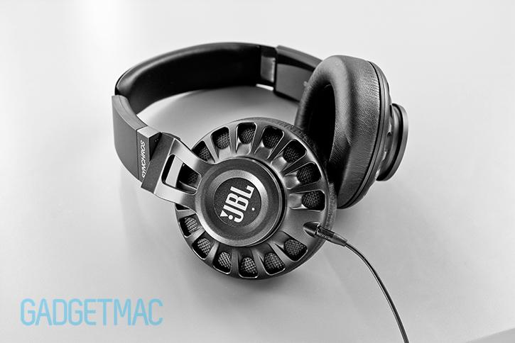 jbl_synchros_s700_headphones_tilt.jpg