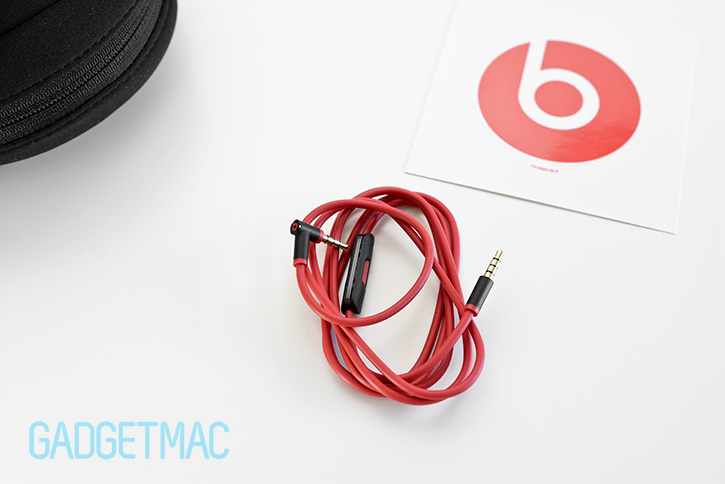 beats_solo2_headphones_detachable_red_audio_cable.jpg