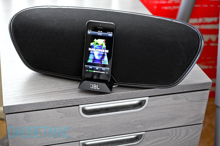 jbl_onbeat_venue_lt_wireless_speaker_dock_iphone_5.jpg