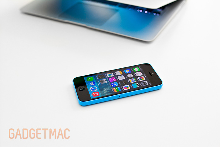 apple_iphone_5c_blue_hands_on_mac.jpg