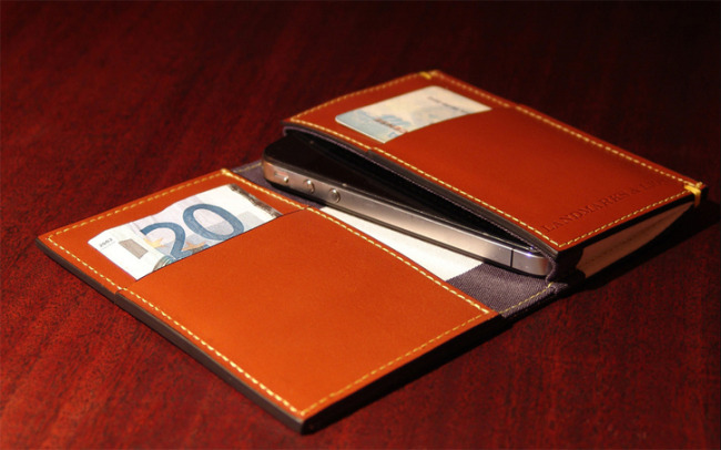 landmarks_lions_leather_iphone_wallet_guide.jpg