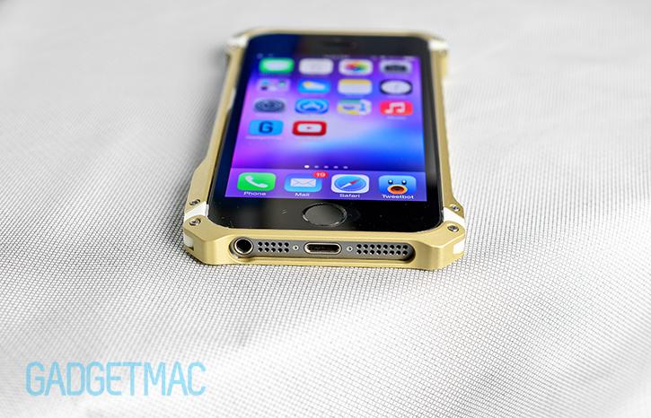 element_case_sector_5_au_gold_aluminum_iphone_5s_case_botton_opening.jpg