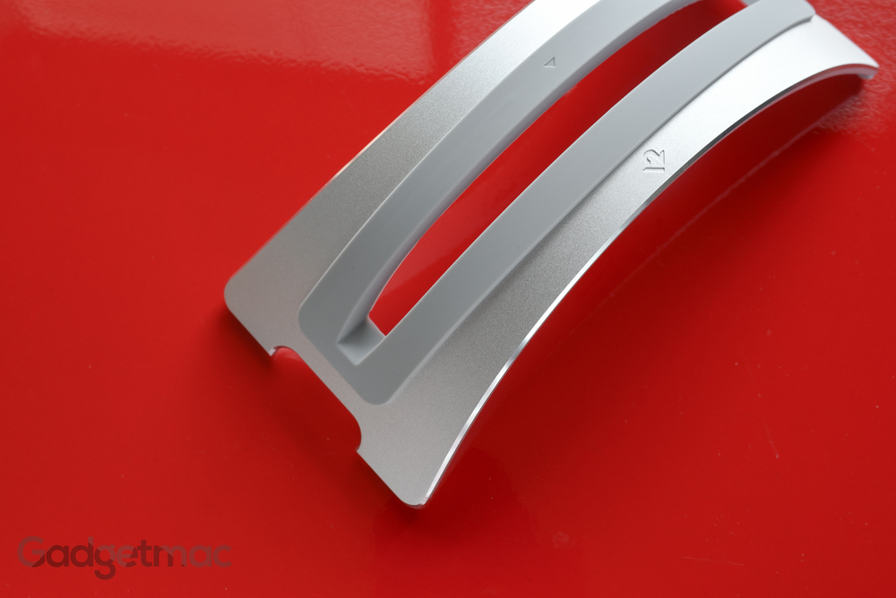 twelve-south-bookarc-aluminum-vertical-macbook-desktop-stand-chamfered-detail.jpg