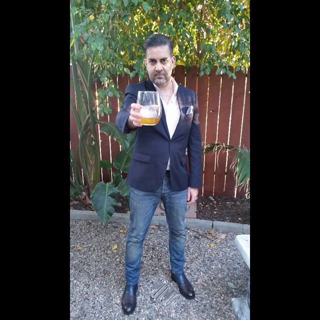 Cheers!     #modepopuli #moda #menwithstyle #menswear #mensfashion #mensclothing #mensootd #fashionpost #fashion #zara #zarausa #pocketsquare #21men #GQ #gqstyle #LA #G2000 #allsaints #drinks #outdoors #cheers