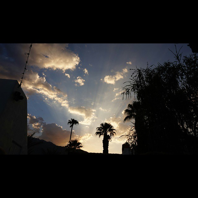 Before night falls    #modepopuli #moda #sky #palmsprings #clouds #sunset #mannyandmichelgetmarried #beforenightfalls